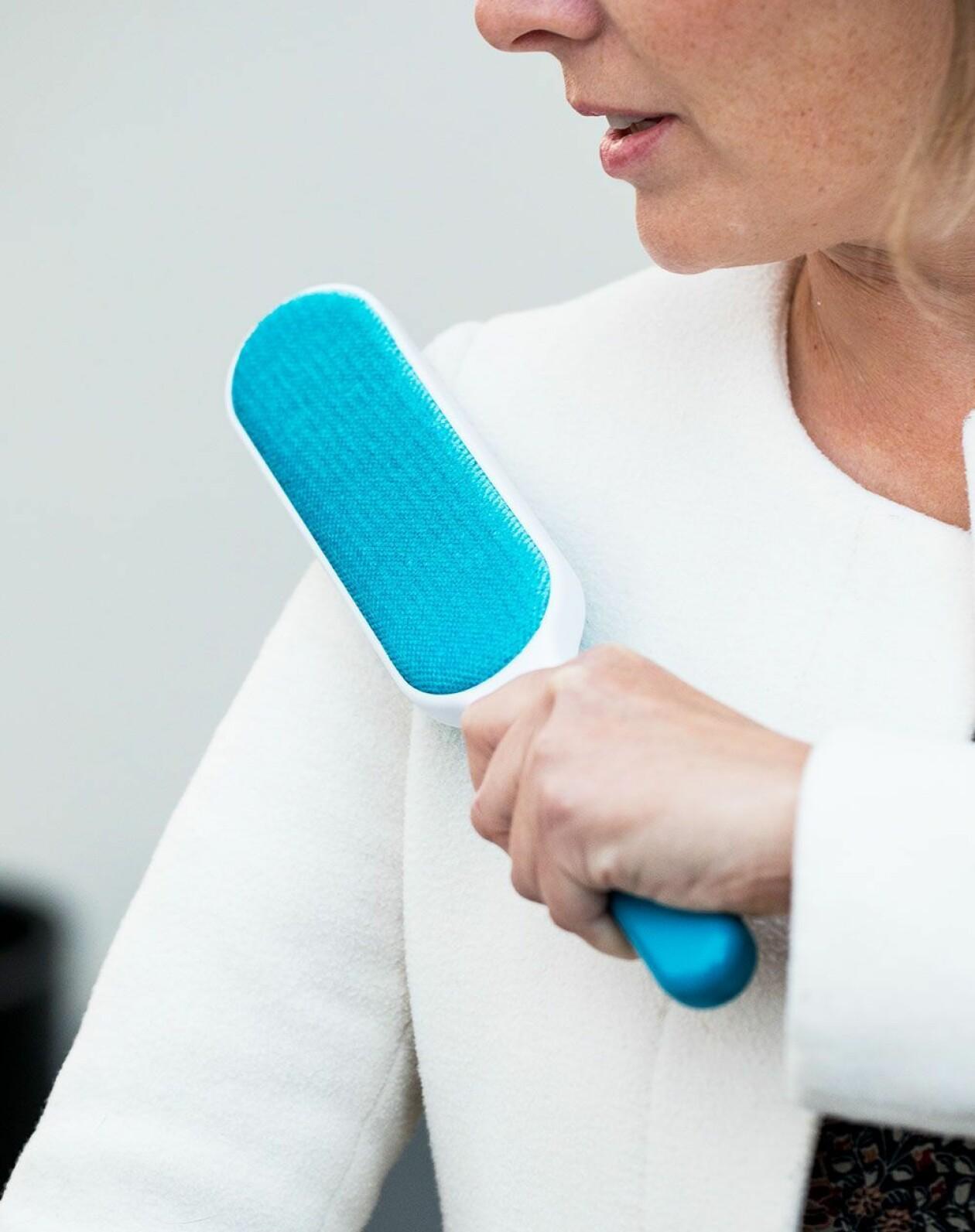 Kvinna använder luddborste.