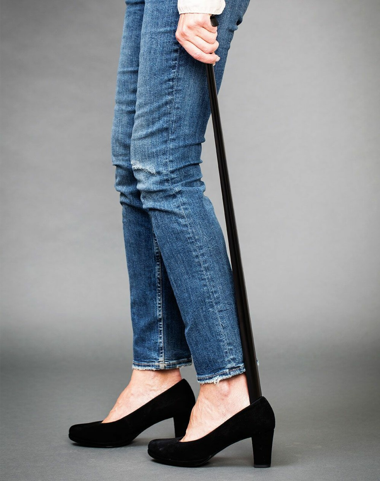 Kvinna använder långt skohorn, 80 cm.