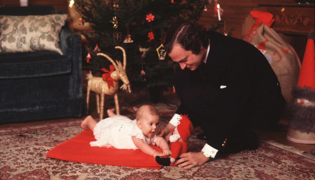 Prinsessan Victoria tillsammans med pappa kungen inför sin första jul.
