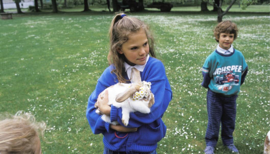 Kronprinsessan Victoria och prins Carl Philip med en kanin.