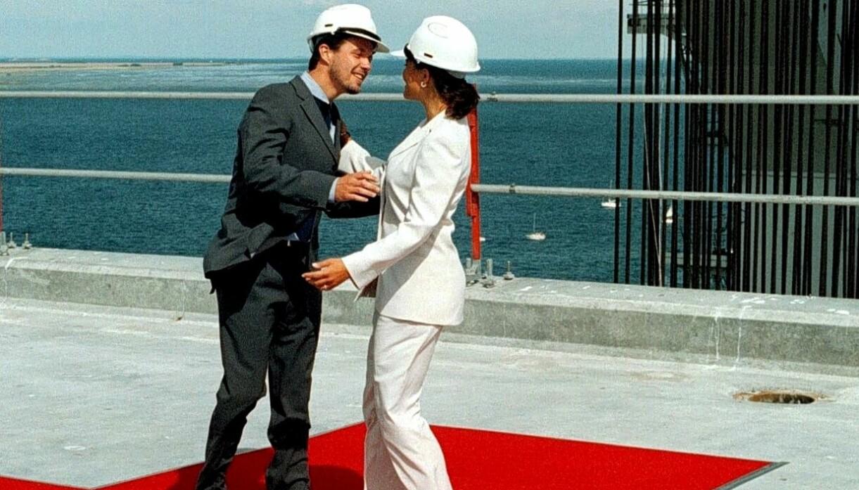 Kronprins Frederik och kronprinsessan Victoria inviger Öresundsbron med en kram, 1999.