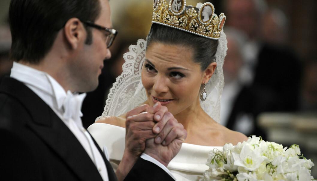 Kronprinsessan Victoria kysser Daniel Westlings hand under bröllopet mellan de båda.