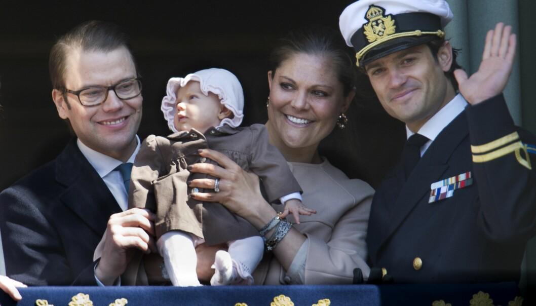 Prins Daniel, prinsessan Estelle, kronprinsessan Victoria och prins Carl-Philip visar upp Estelle för första gången.