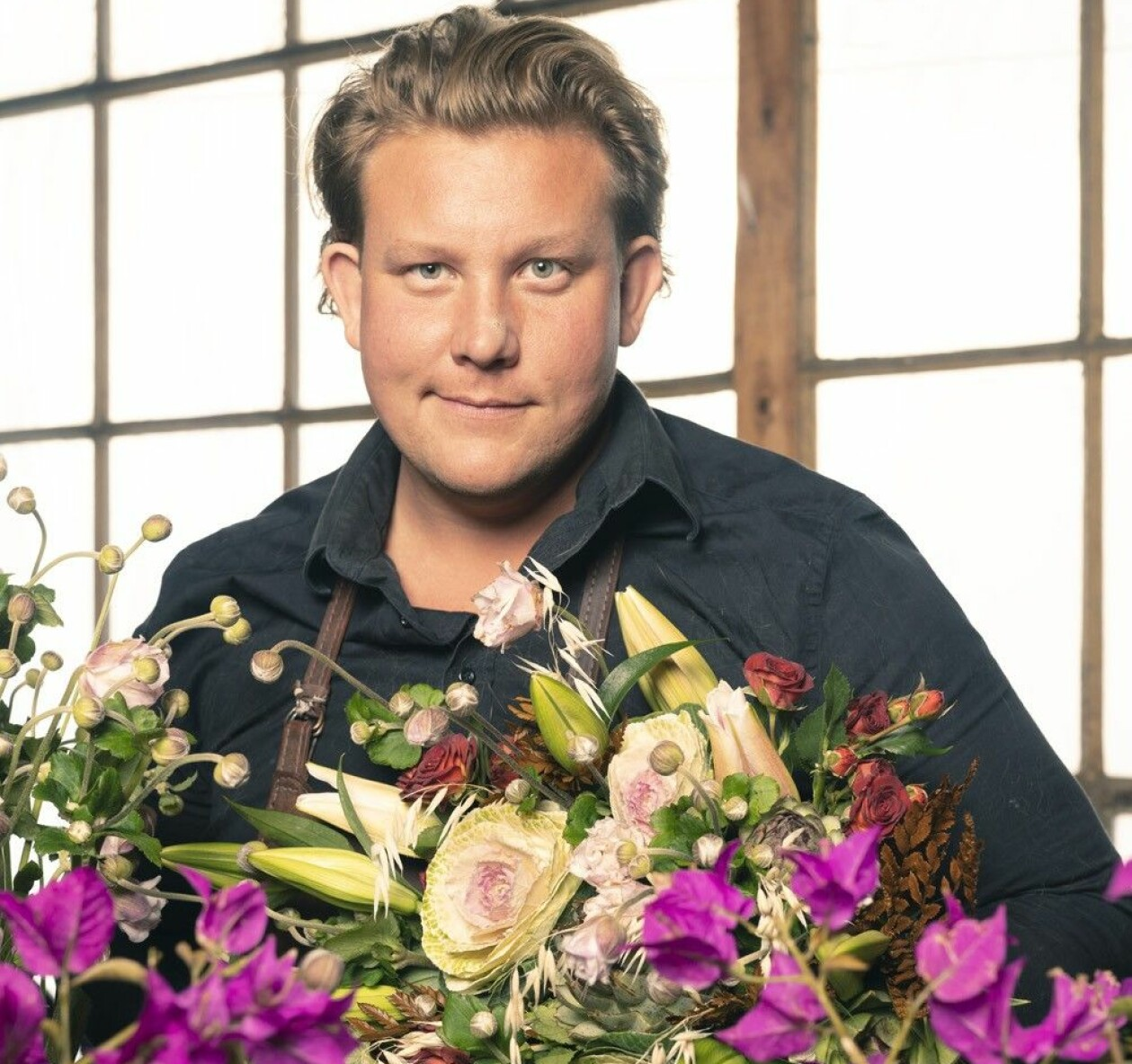 Porträtt av Karl Fredrik med ett fint blomsterarrangemang i famnen.