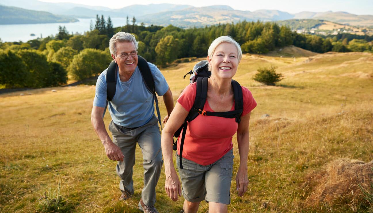 Ett äldre par ute på vandringstur.