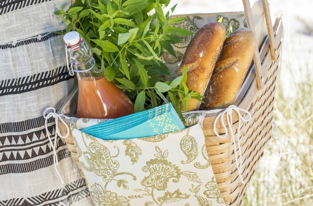 Picknickkorg med sydd klädsel. Tyg, Ikea och korg från Clas Ohlson