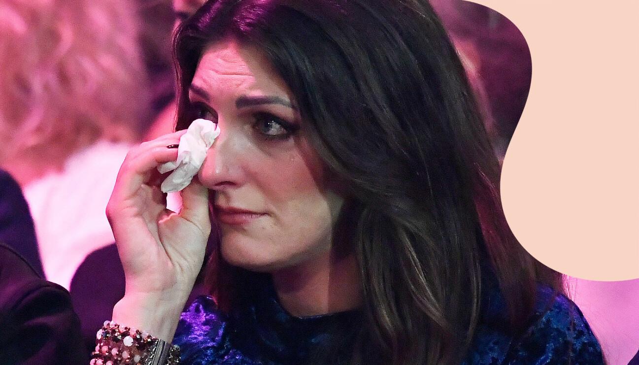 Soraya Lavasani torkar tårar ur ögonen.