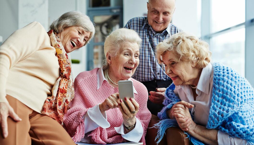 Äldre vänner med smartphone.