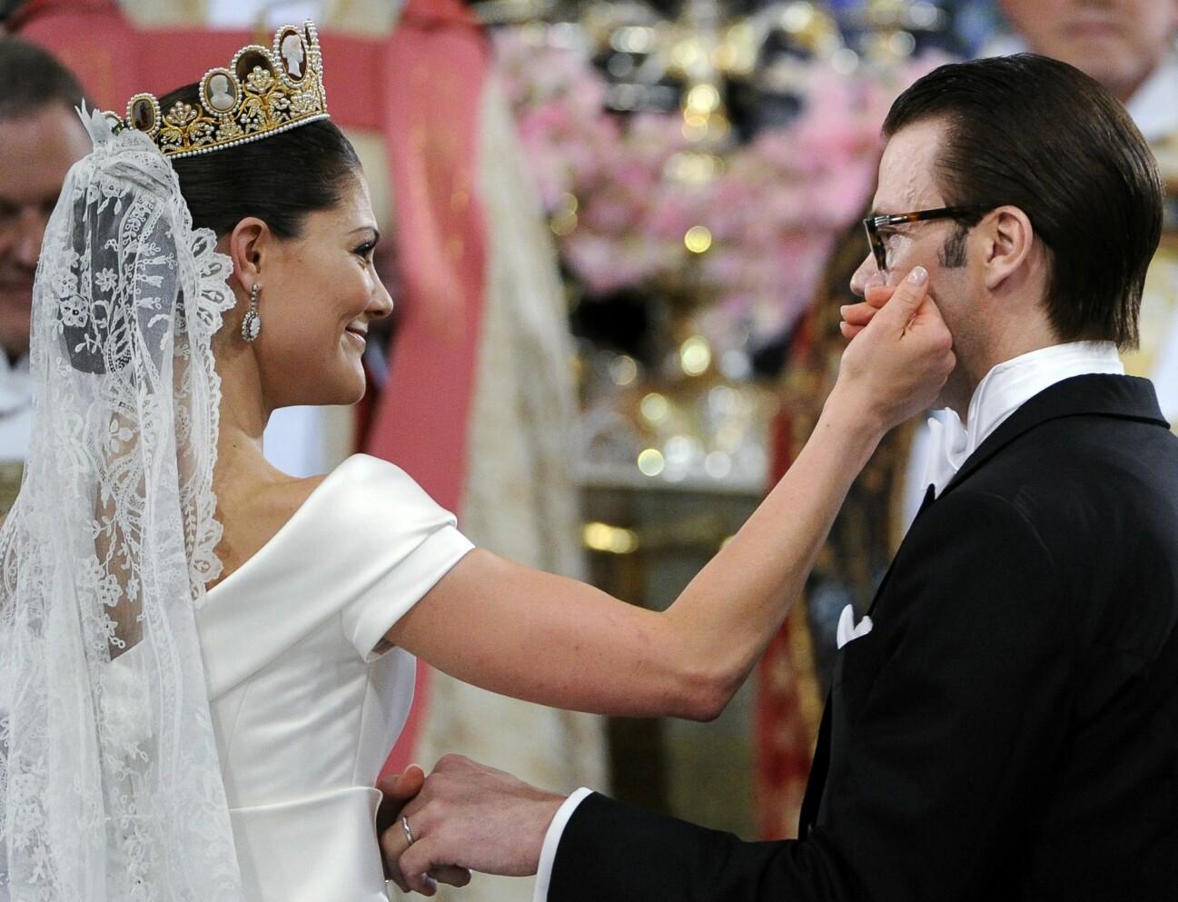 Brudklädd kronprinsessan Victoria stryker bort en glädjetår från Daniels kind.