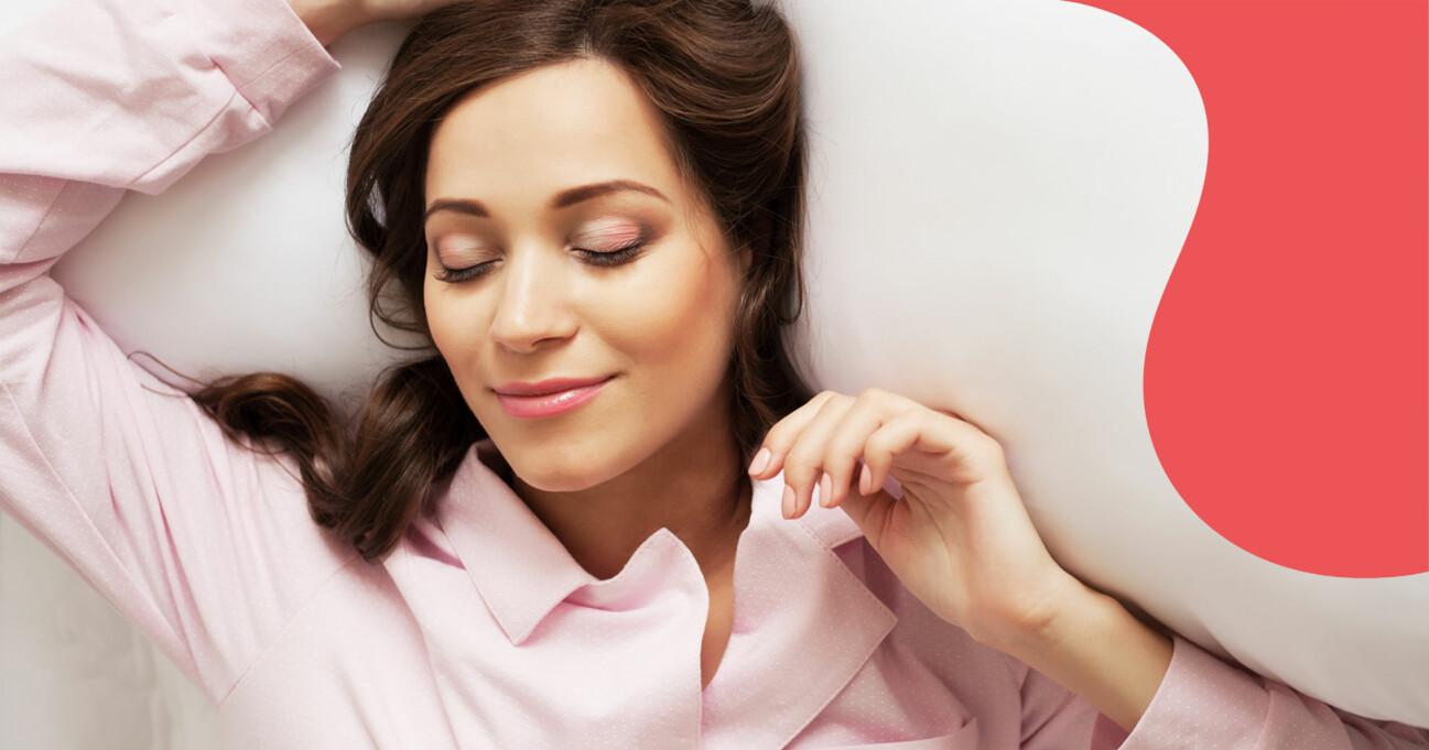 Kvinna sover i pyjamas.