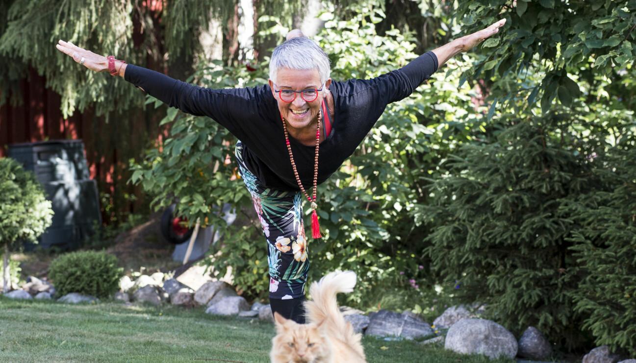 Äldre kvinna tränar utomhus i trädgården