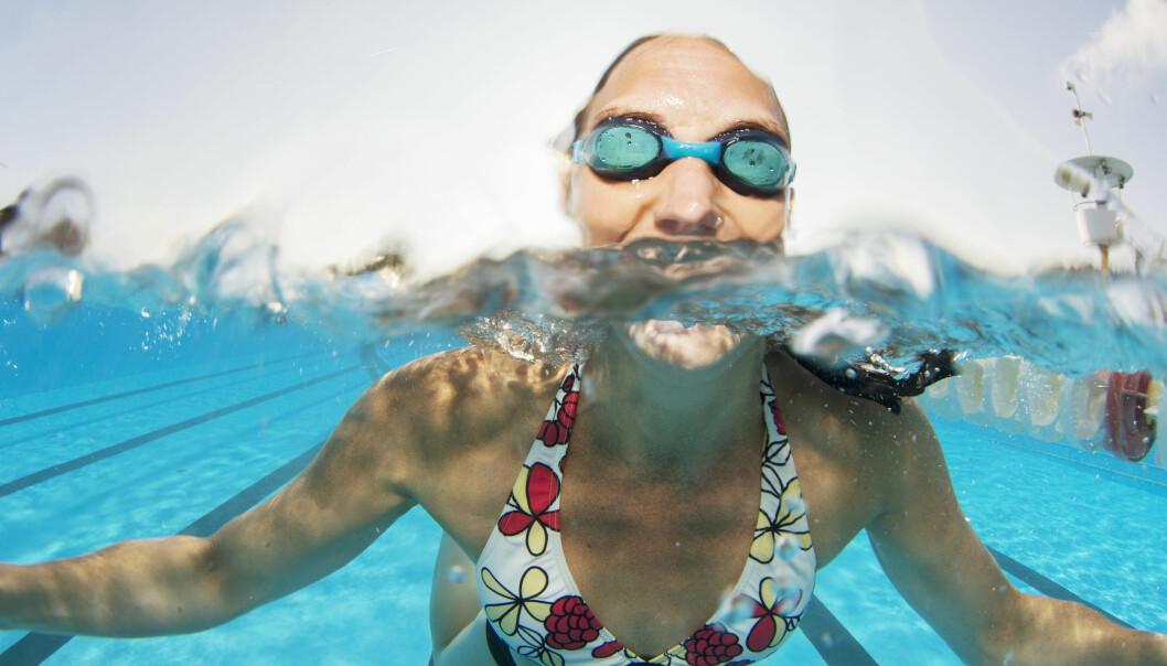 Kvinna som simmar med simglasögon