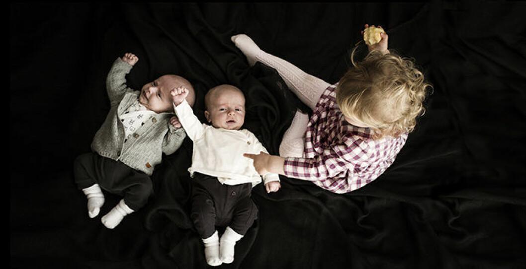 Debbie och Anna Burstons barn, dottern Holly och småbröderna Jack och John.