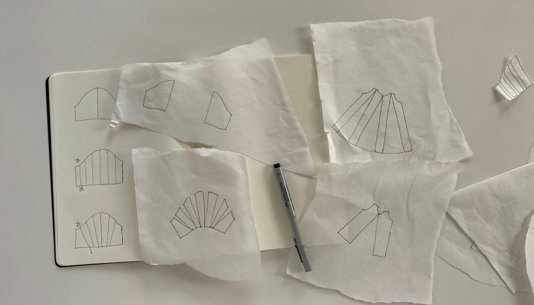 I en anteckningsbok har Maja ritat upp olika varianter på mönstret till en ärm.
