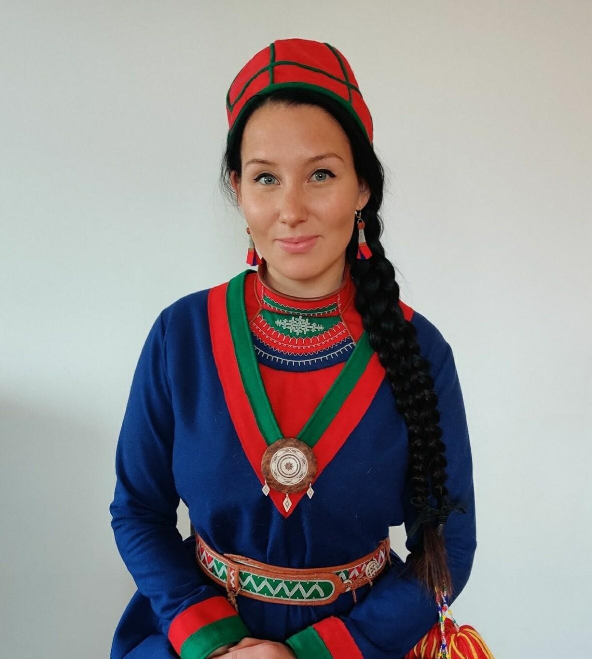 Ina Omma i traditionell Samisk dräkt.