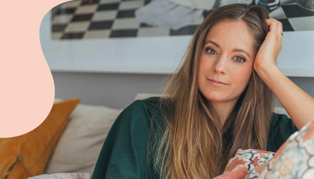 Isabel Boltenstern sitter i soffa och tittar in i kameran, med ena handen avslappnat lutat mot sidan av huvudet.