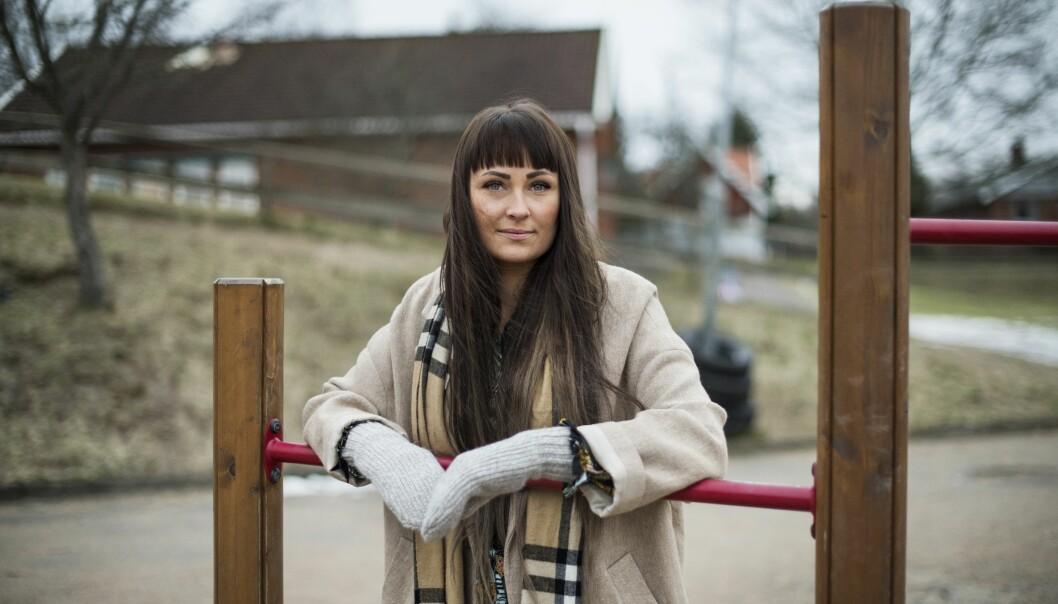Isabella Henriksson Andersdotter, som växte upp med en missbrukande mamma, ser idag avspänd ut.