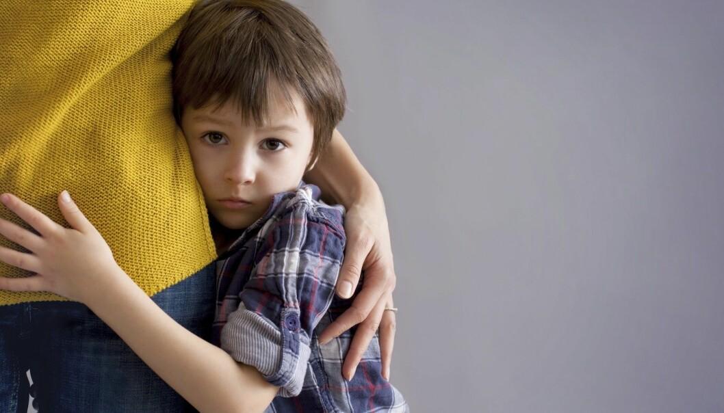 Ett barn kramar sin mamma hårt.