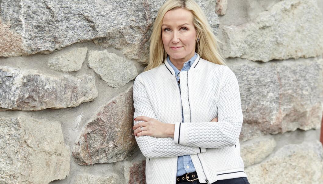 Janette Blomgren vid en stenvägg