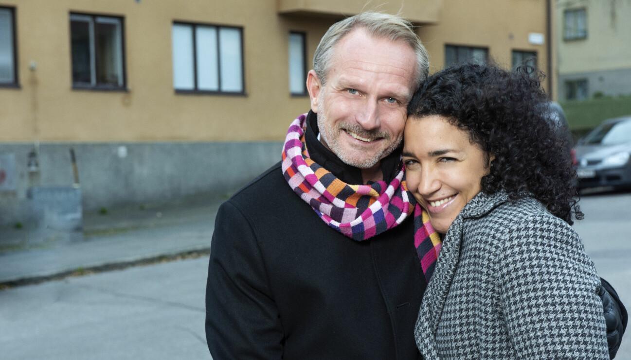 Jasmina och Peter Helander, som är gifta särbos, står utanför den enes bostad.