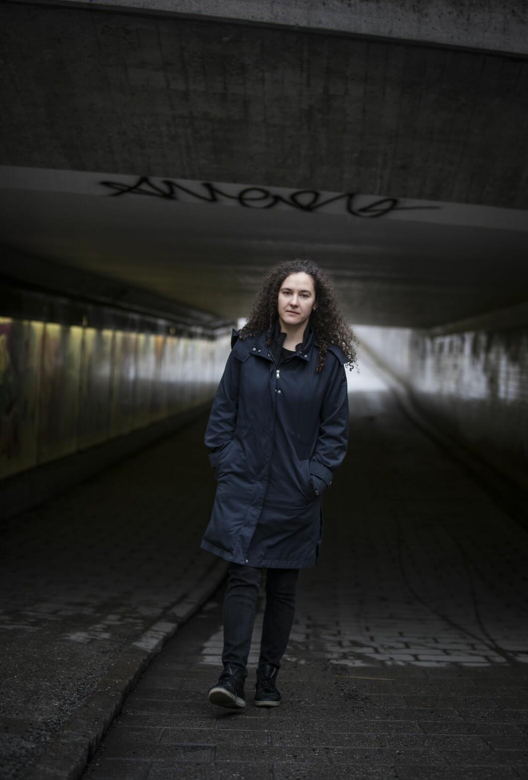 """""""Jasmina"""" går genom en gångtunnel i Enskede, Stockholm."""