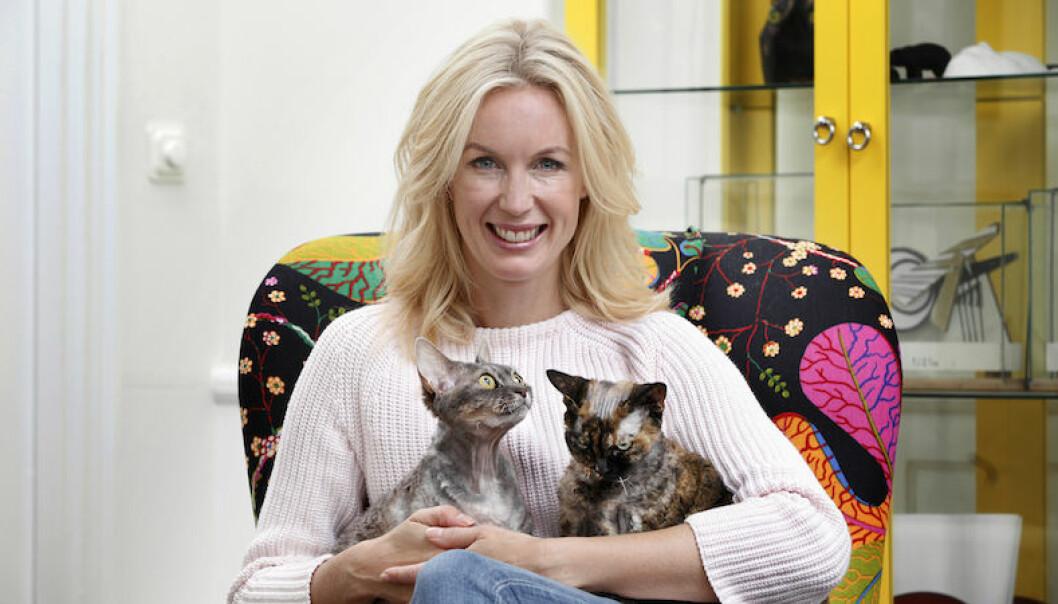 Jenny Strömstedt med familjens katter.