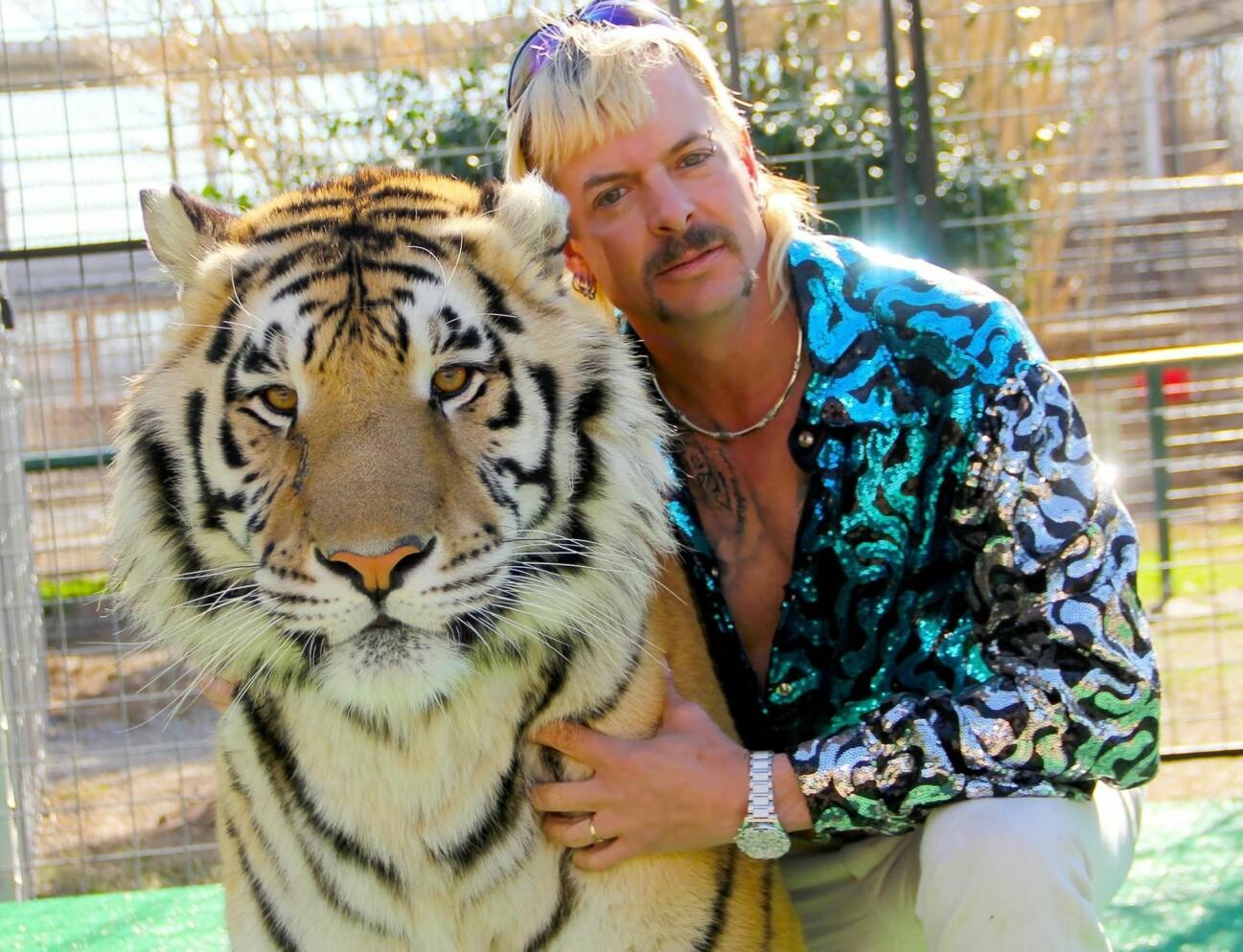 Joe Exotic poserar med en tiger.