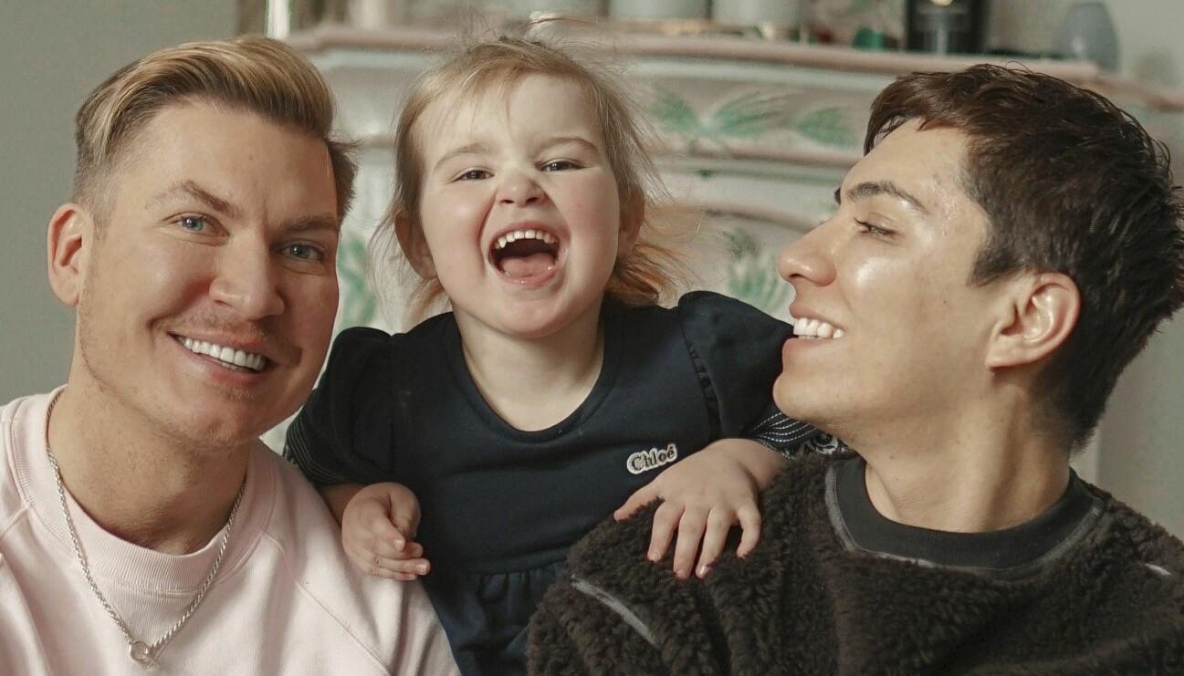 Homosexuella paret Johan Larsson och John Valencia ville bli föräldrar tillsammans och valde att ansöka om att bli familjehem och nu är de pappor till lilla Miriam.