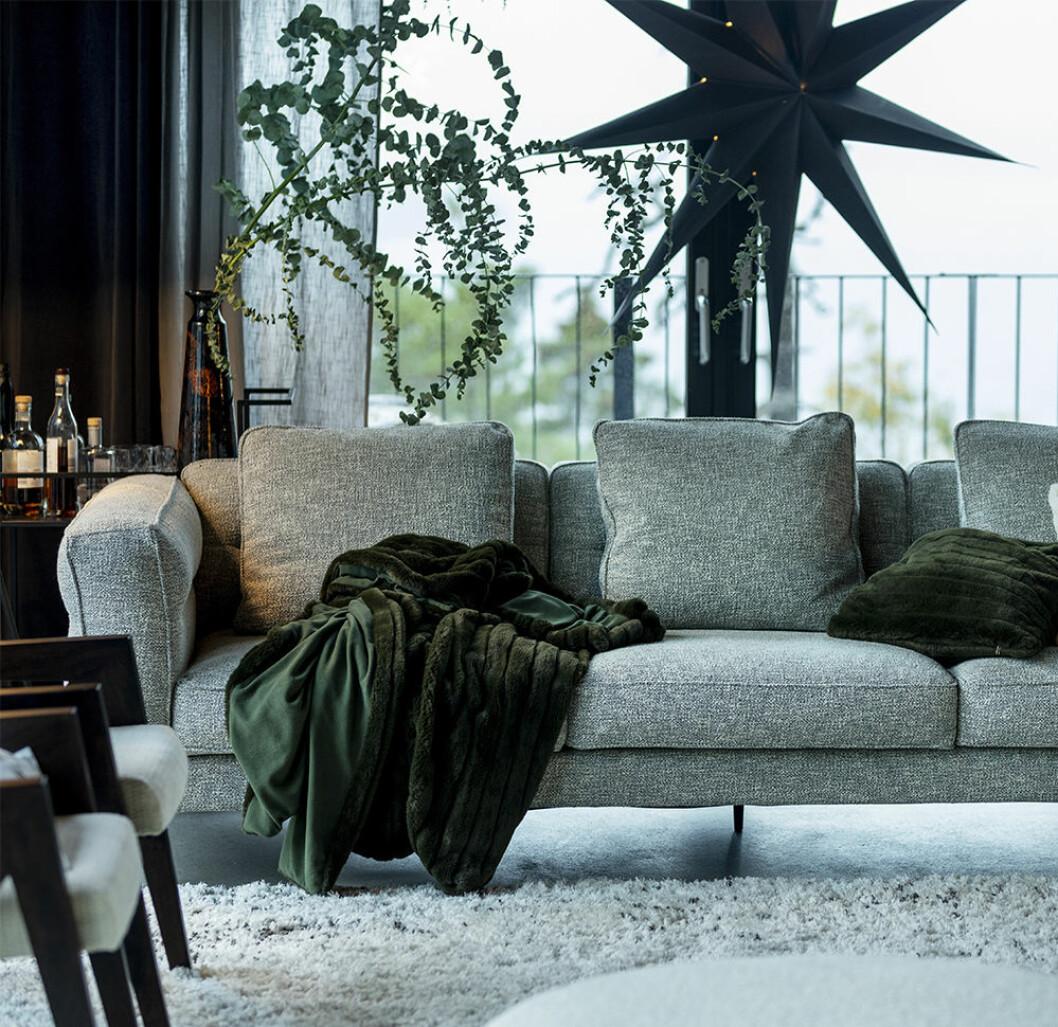 Vardagsrum med minimalistiskt julpynt hos Jotex