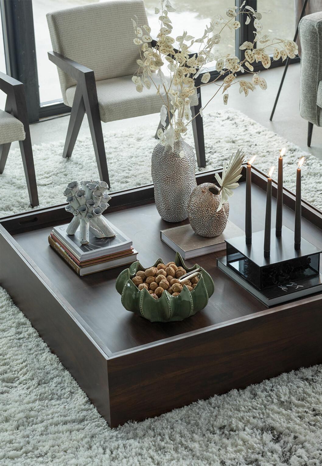 Lågt kvadratiskt soffbord med keramik