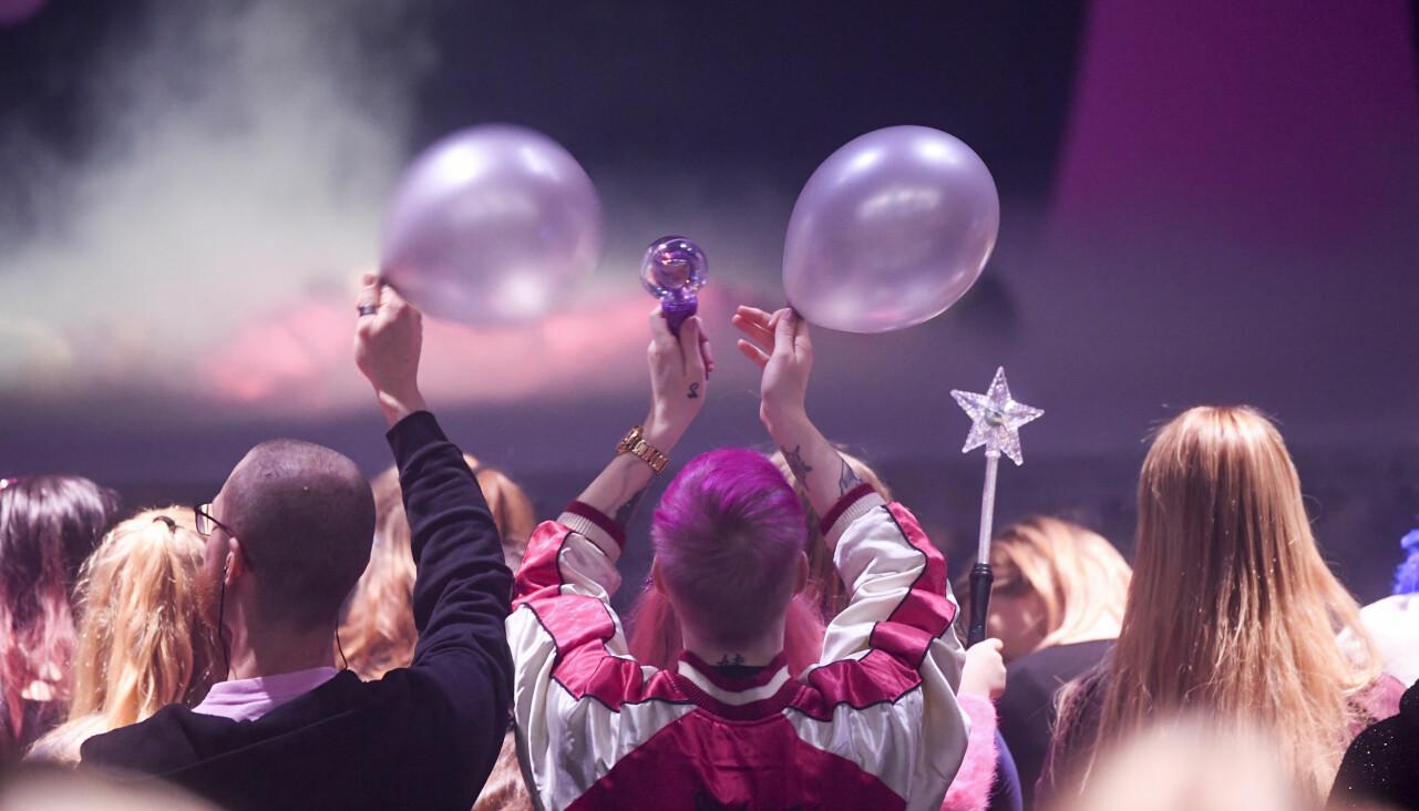 Jublande publik under Melodifestivalen.