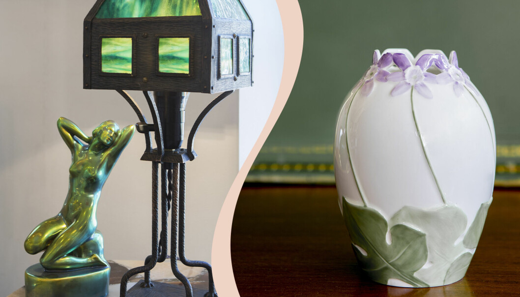 Till vänster grön skulptur föreställande naken kvinna och en bordslampa i grönt och metall. Till höger vit vas med gröna blad och lila blommor.
