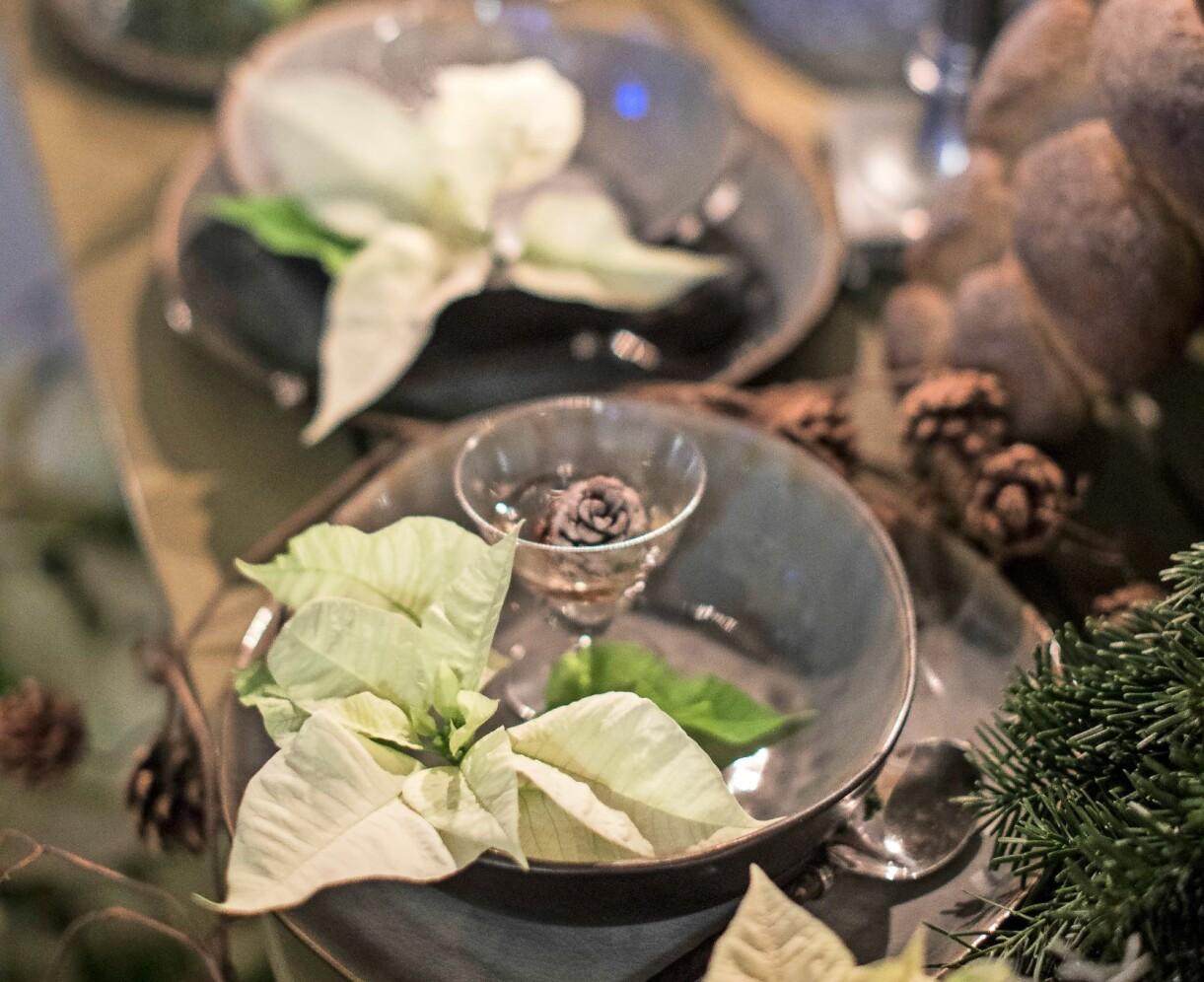 Julbordet dekorerat med julstjärnor.