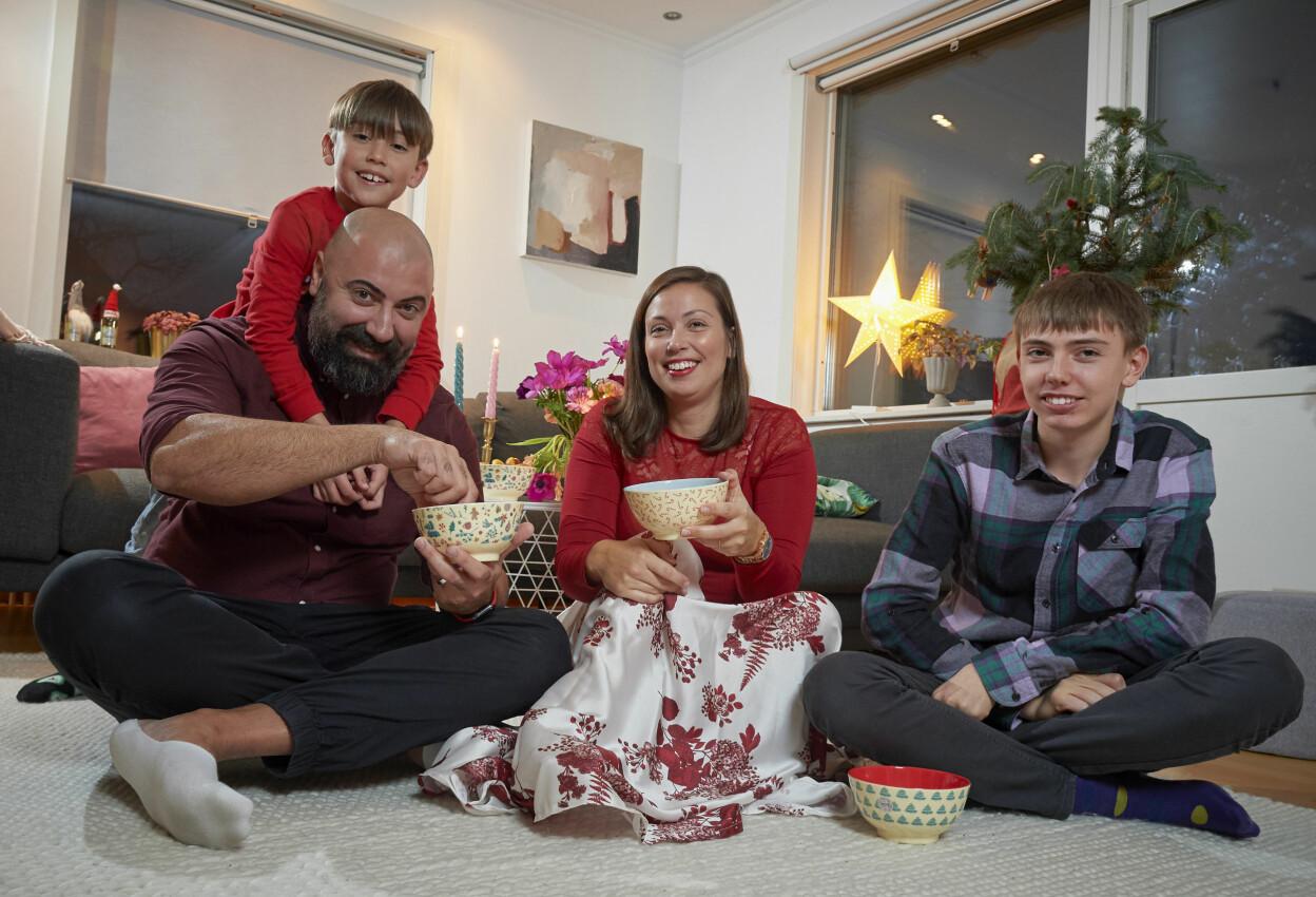 Caroline Vass med delar av sin stora familj som firar jul tillsammans trots att det är både expartners och bonusbarn i familjen.