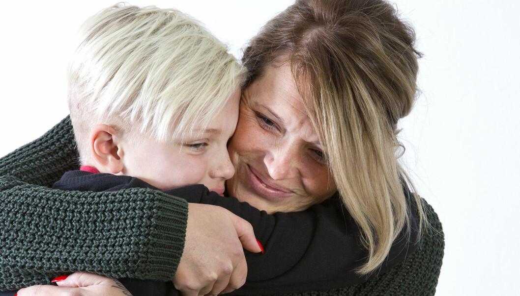 Julle, som känner sig som en pojke, får en kram av mamma Petra