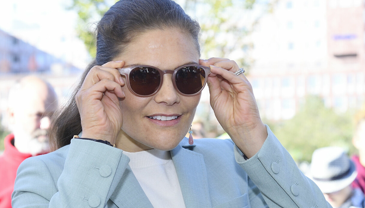 Kronprinsessan Victoria som döljer sina ögon med solglasögon för att du inte ska känna igen henne.