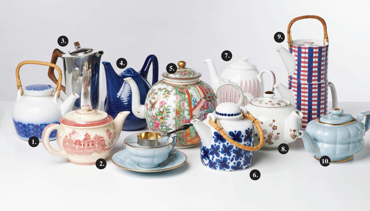 Tio tekannor i olika färger, mönster och storlekar står uppställda på ett vitt bord.