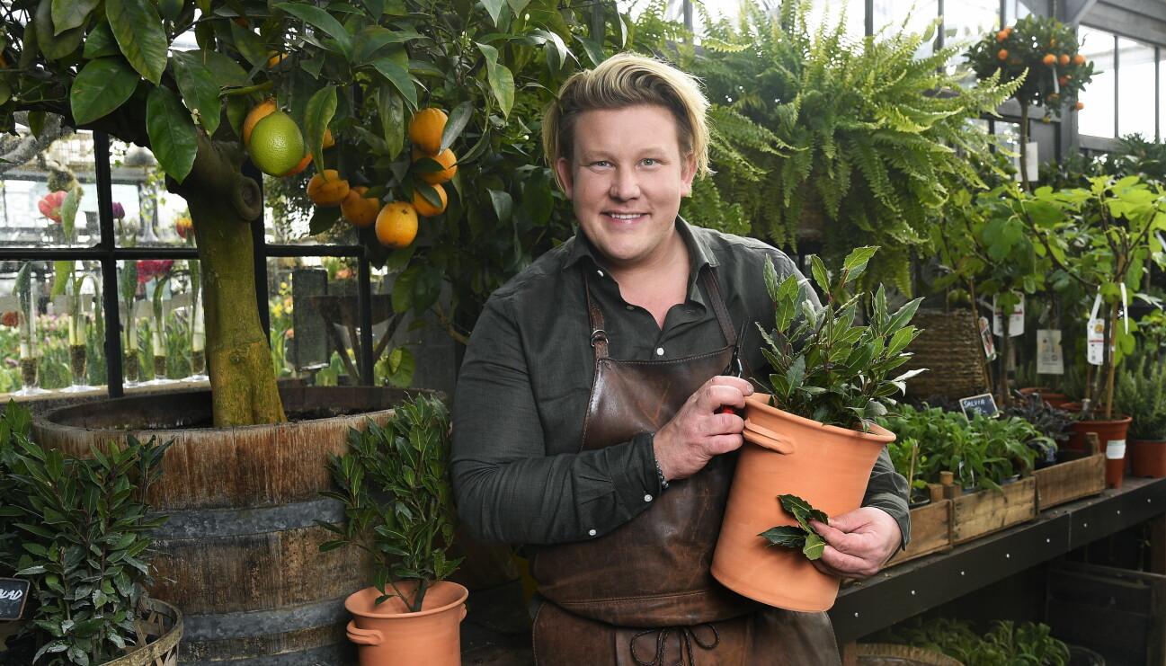 Karl Fredrik Gustafsson i ett växthus.