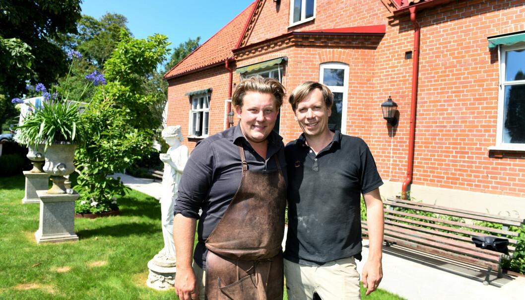 Karl Fredrik och Petter utanför Eklaholm på Österlen