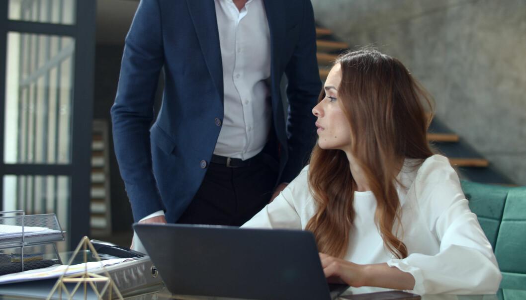 En kvinna pratar med sin chef på jobbet som hon i hemlighet har en affär med – och har blivit gravid.