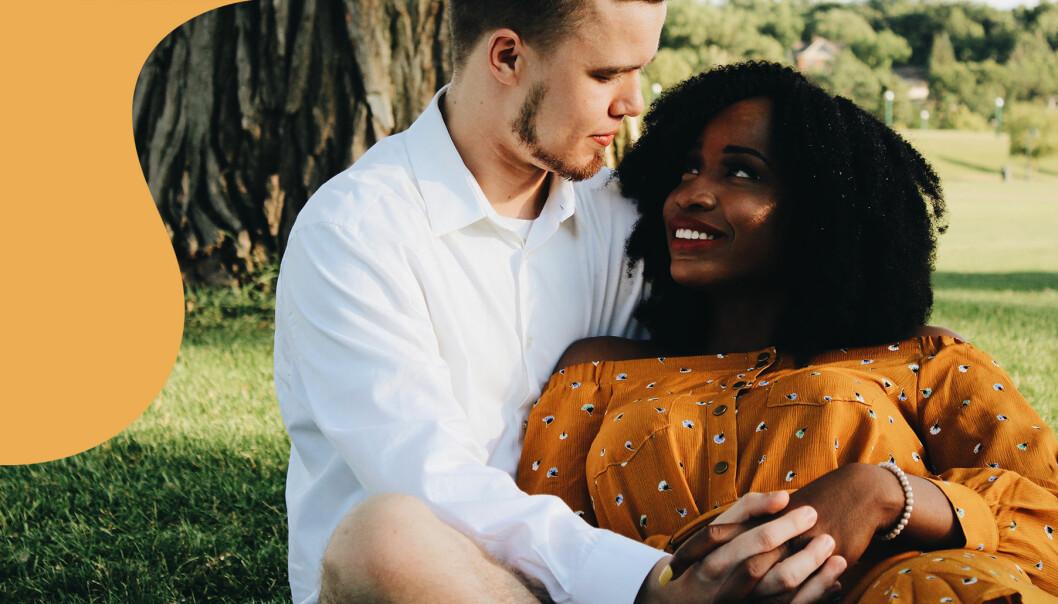 Par tittar kärleksfullt på varandra