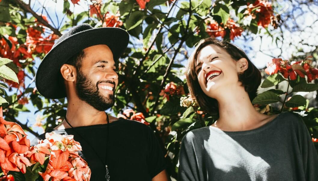 Kärlekspar ler och skrattar mot varandra.