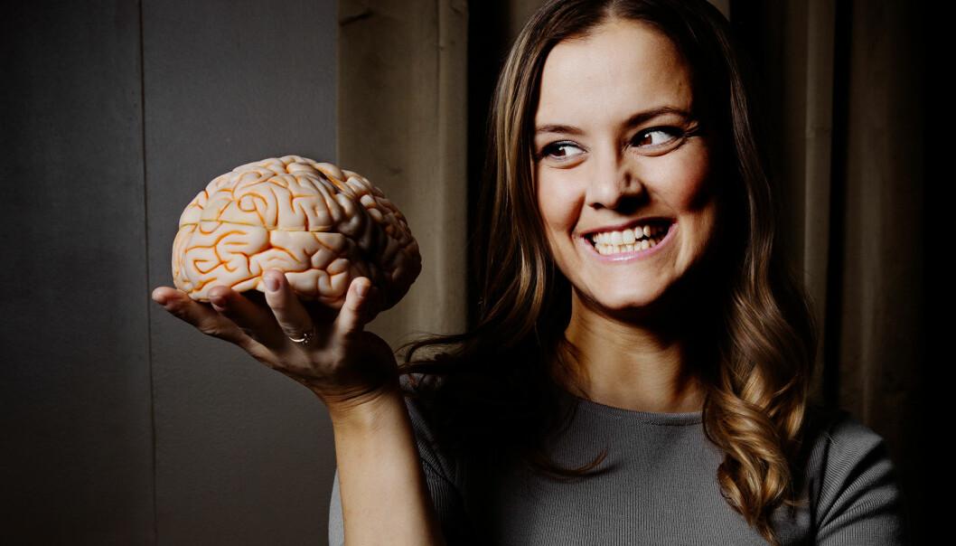 Katarina Gospic håller i en modell av en hjärna