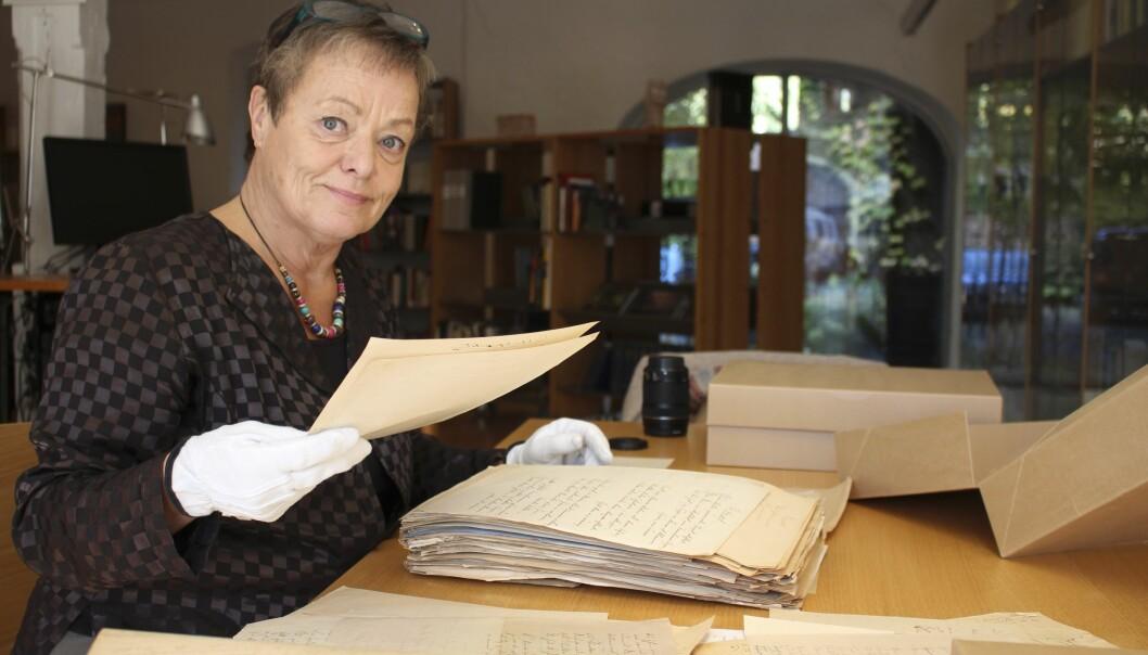 Kathinka Lindhe sitter på ett arkiv och släktforskar om Sixten Sparre och Lycka Sparre som han övergav för att rymma med Elvira Madigan – ett arbete som resulterat i två böcker.