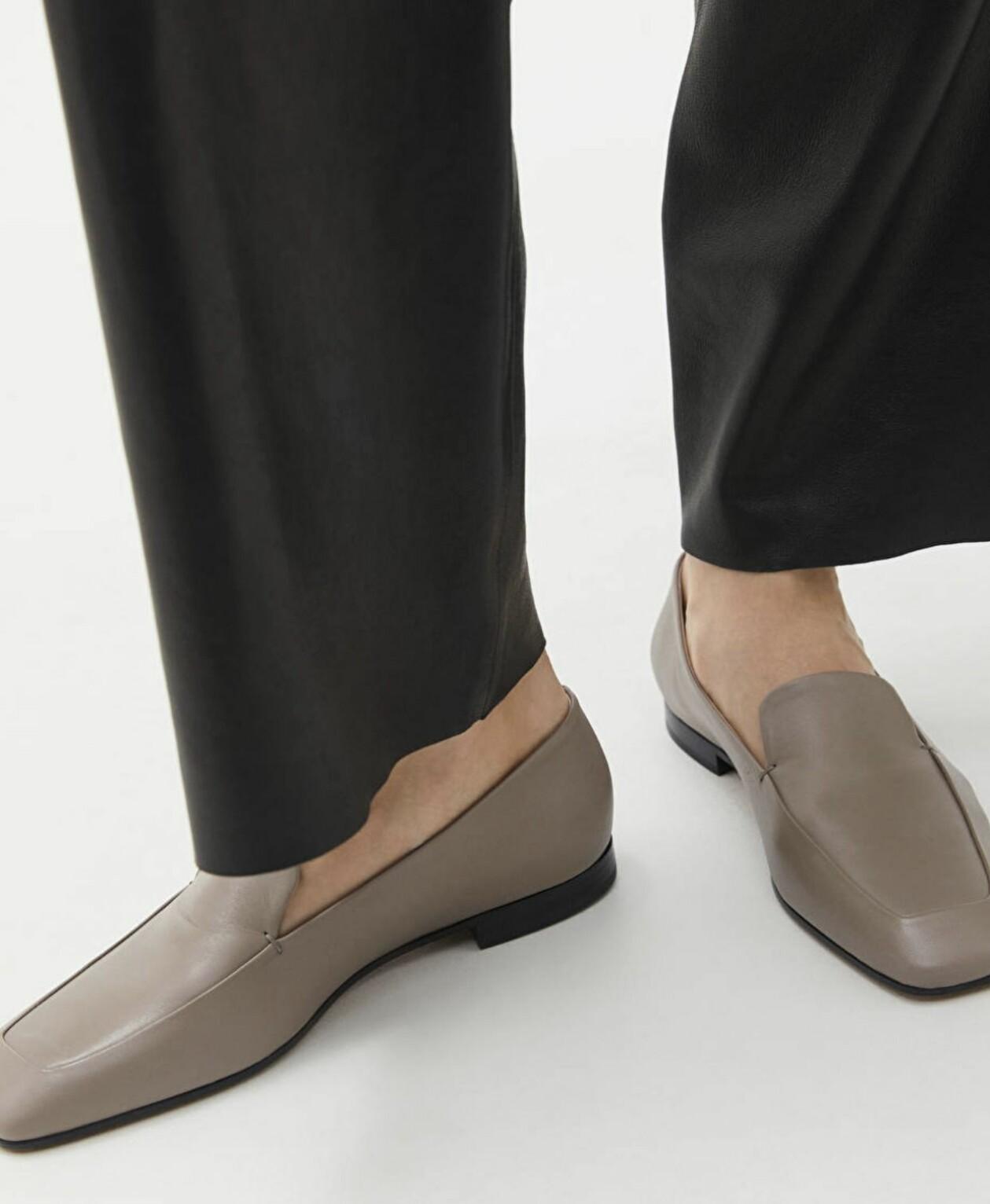 Kittfärgade loafers med tvär tå, från Arket.