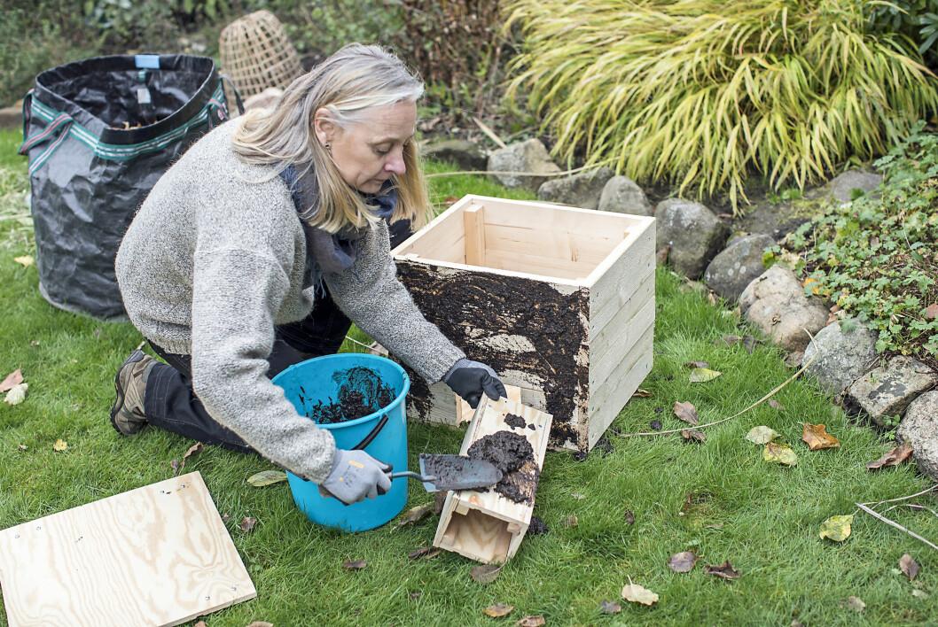 Kleta in boet ordentligt i lera för att dölja den främmande lukten. Blanda jord och vatten i en hink och gegga på! Hela boet inklusive tak och ingångstunnel ska lerbehandlas.