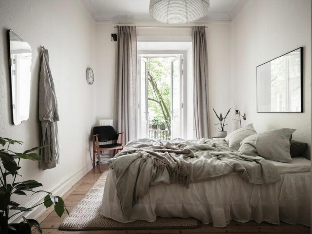 En väggklocka på sovrumsväggen kan bidra till mindre skärmtid i sovrummet