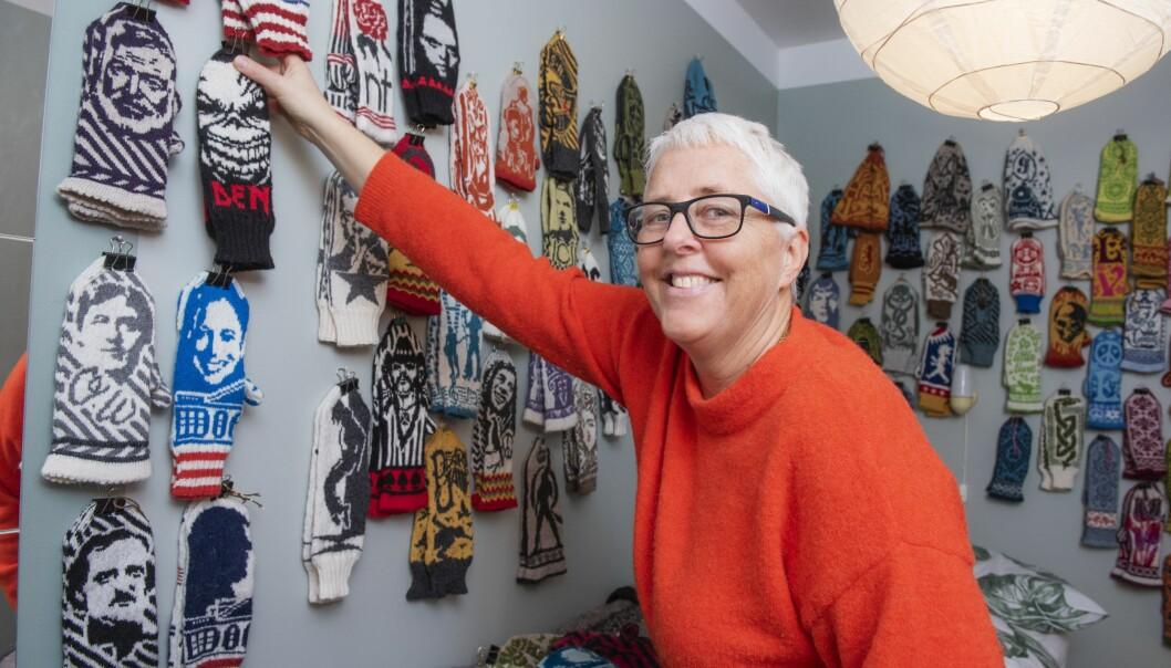 Knitting Lotta som egentligen heter Lotta Lundin hänger upp en ny vante på väggen i sitt sovrum där det redan hänger vantar med motiv av kända människor som Bob Marley, Madonna, Prince och Avicii.