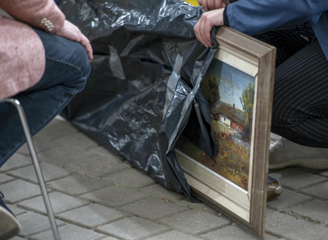 En besökare har tagit med en tavla i en svart sopsäck till Antikrundan för värdering.