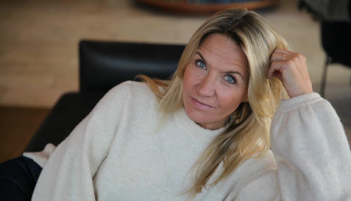 Kristin Kaspersen tittar in i kameran och ser allvarlig ut